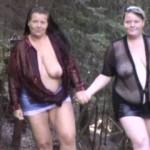 2 Lesben gehen im Wald spazieren