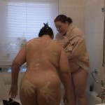 2 Lesben duschen nach Renovierung 2