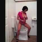 Fotoshooting am WC beim Pissen